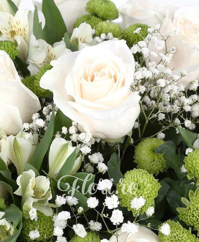 trandafiri albi,  alstroemeria albă,  santini verde, gypsophila