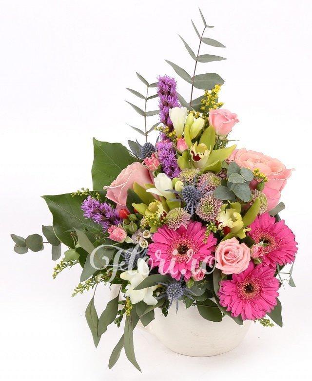 3 trandafiri roz, 3 gerbera roz, 3 frezii albe, 3 liatris, 3 cupe cymbidium verde, 1 eryngium, 2 miniroze roz, 2 santini roz, solidago, verdeață