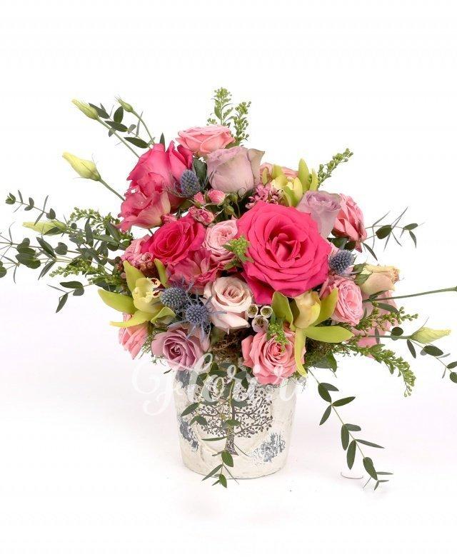 9 trandafiri, 3 miniroze roz, 2 lisianthus roz, 1 cymbidium verde, 1 eryngium, waxflower, solidago, verdeață