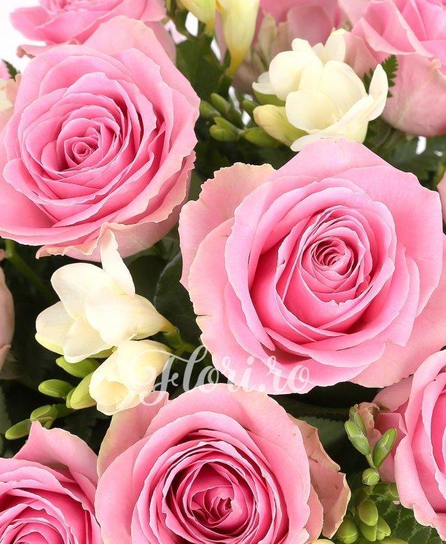 11 trandafiri roz, 10 frezii albe, verdeață