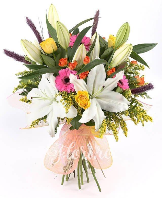 crini albi,  miniroze portocalii,  gerbera roz,  trandafiri galbeni, solidago,  spice mov