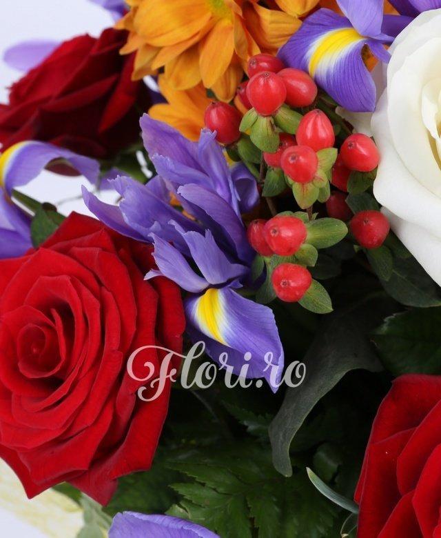 7 trandafiri roșii, 3 trandafiri albi, 10 iris mov, 5 hypericum roșu, 3 crizanteme portocalii
