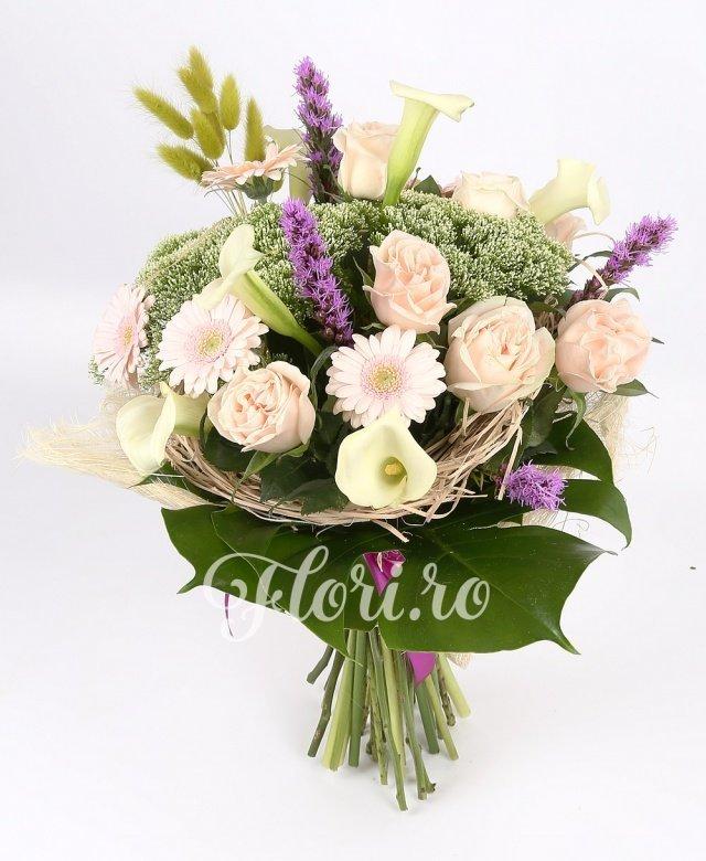 trandafiri crem,  gerbera roz,  cale albe,  liatris,  trachelium alb, spice, verdeață