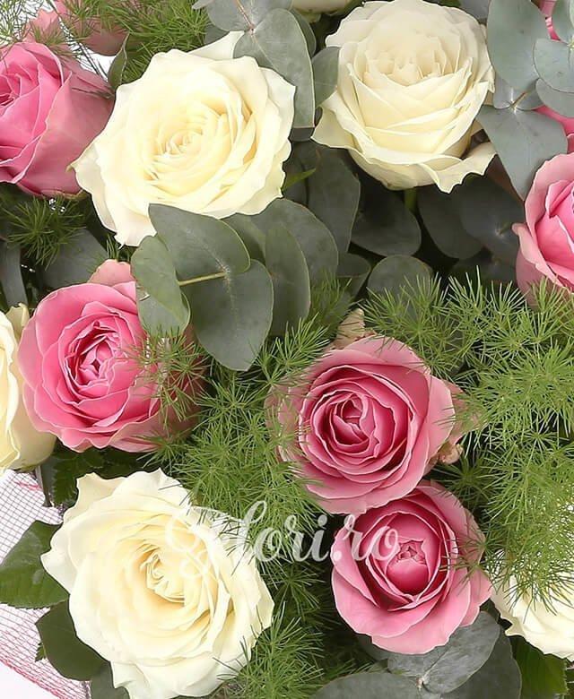 11 trandafiri alb, 10 trandafiri roz, eucalypt, asparagus, gergras