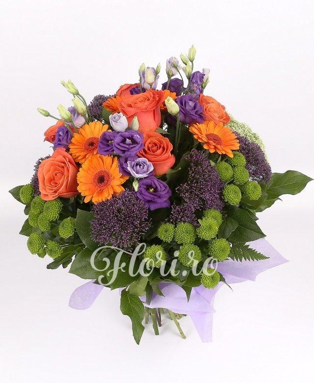 7 trandafiri portocalii, 5 gerbera portocalie, 4 lisianthus mov, 3 santini verde, 5 trachelium mov, 4 trachelium alb
