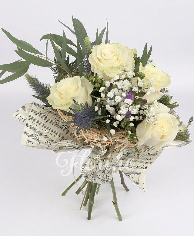 5 trandafiri albi, 4 frezii mov, 4 eryngium, verdeață și decorațiuni