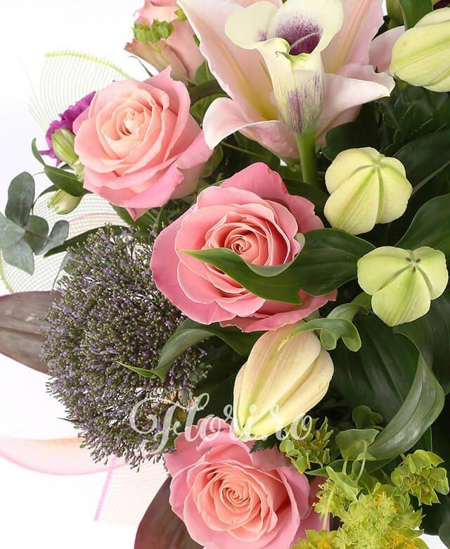 bupleurum, 3 cale mov cu margine alba, 3 trahelium, 5 alstroemeria alba, 2 crin roz, 5 garoafe mov, 5 trandafiri roz, eucalypt