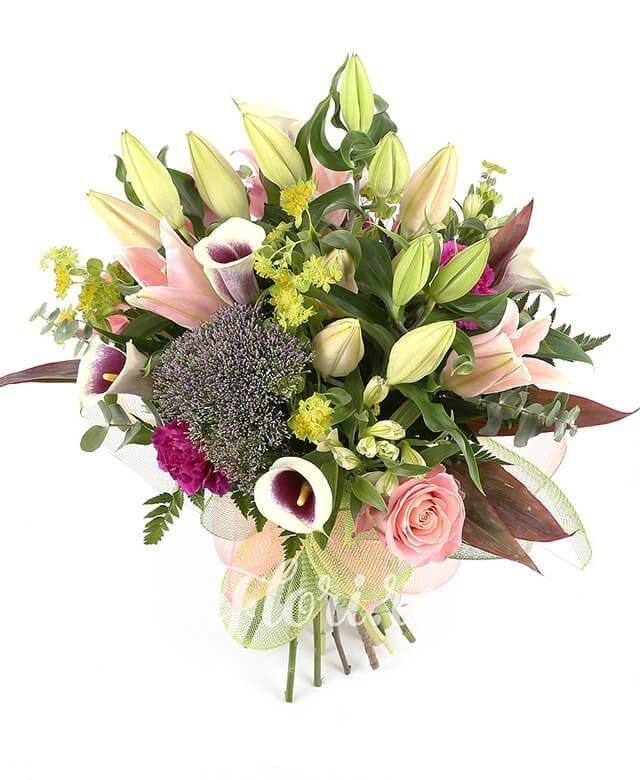 3 cale, 3 trachelium, 5 alstroemeria albă, 2 crini roz, 5 garoafe mov, 5 trandafiri roz, verdeață