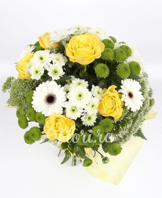 7 trandafiri galbeni, 5 gerbera albă, 4 crizanteme albe, 4 santini verde, 4 trachelium alb, astrantia