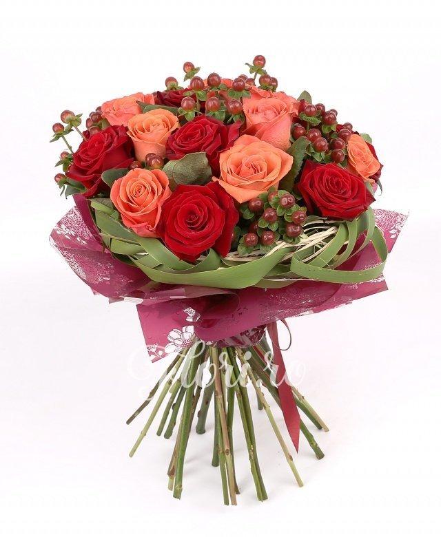 9 trandafiri roșii, 10 trandafiri portocalii, hypericum roșu