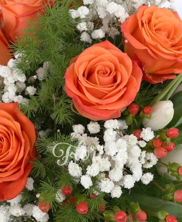 7 trandafiri portocalii, 8 lalele albe, hypericum, gypsophilla, verdeață