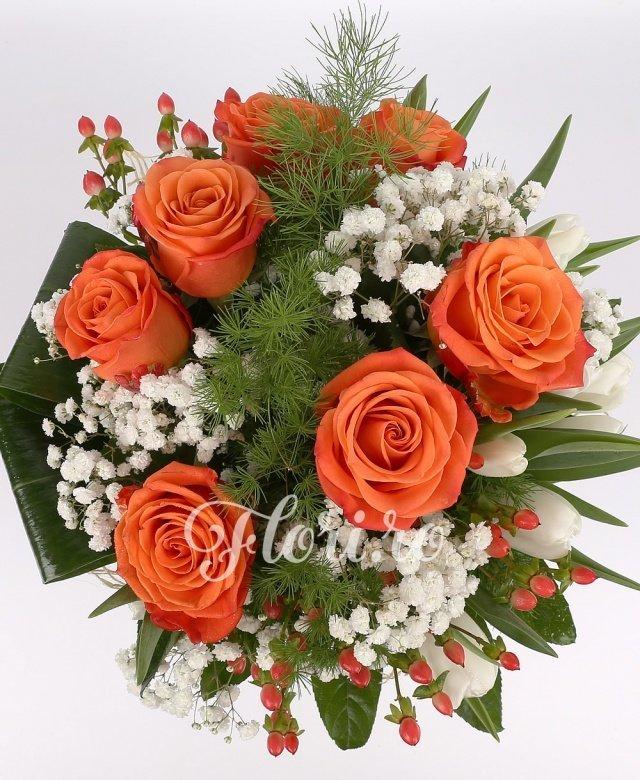 7 trandafiri portocalii, 8 lalele albe, hypericum roșu, gypsophilla, verdeață