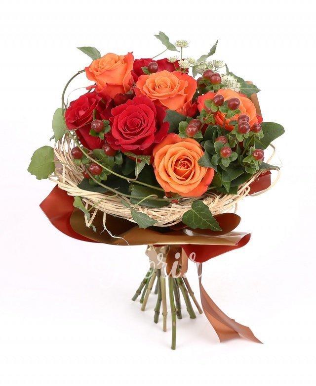 trandafiri portocalii,  trandafiri roșii, hypericum, astranția, verdeață