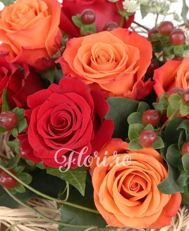 4 trandafiri portocalii, 3 trandafiri rosii, 4 hypericum, astrantia, iedera, cuib