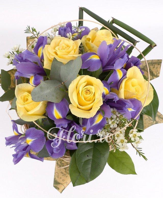 8 irisi mov, 7 trandafiri galbeni, verdeață