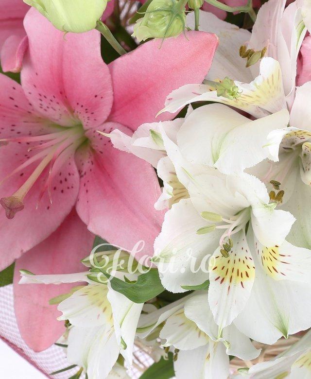 3 trandafiri roz, 1 crin asiatic roz, 3 lisianthus roz, 2 alstroemeria alb, verdeata