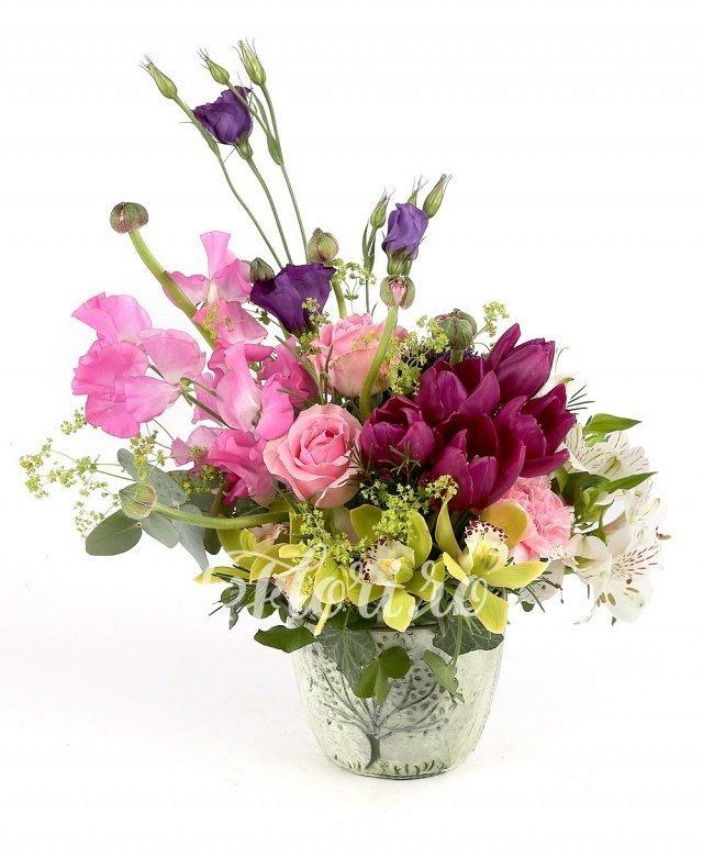 5 lalele mov, 3 trandafiri roz, 2 lisianthus mov, 1 cymbidium verde, 2 alstroemeria albă, verdeață