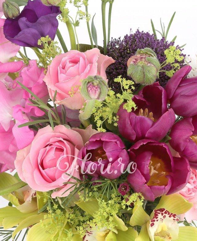 5 lalele mov, 3 trandafiri roz, 2 lisianthus mov, 1 cymbidium verde, 2 alstroemelia alba, 3 floare de orez, verdeata