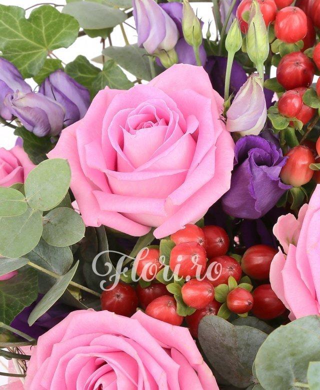 5 trandafiri aqua, 4 lisianthus mov, 3 hypericum roşu, eucalipt