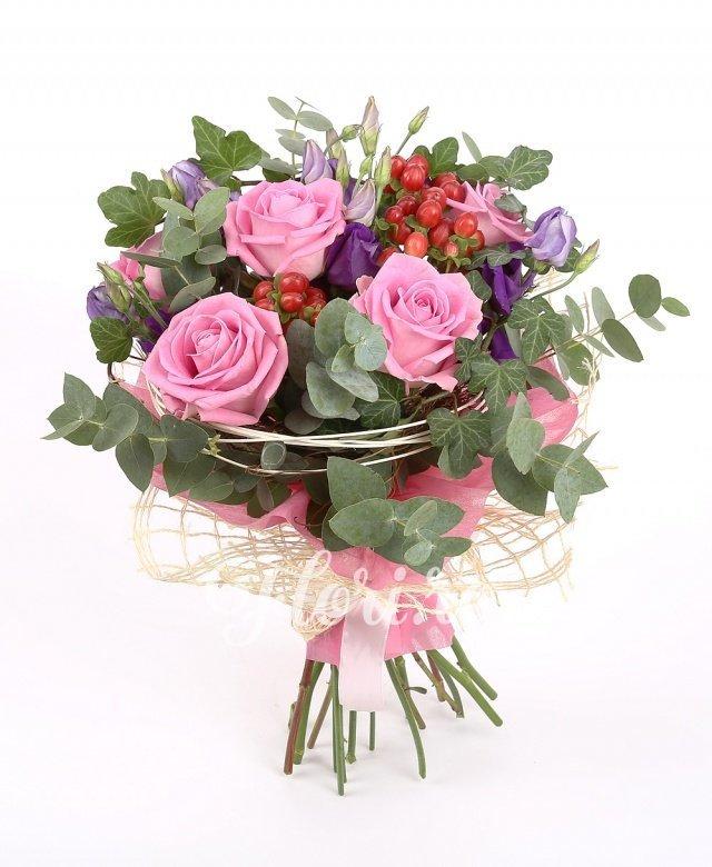 5 trandafiri roz, 4 lisianthus mov, 3 hypericum roşu, eucalipt şi verdeaţă