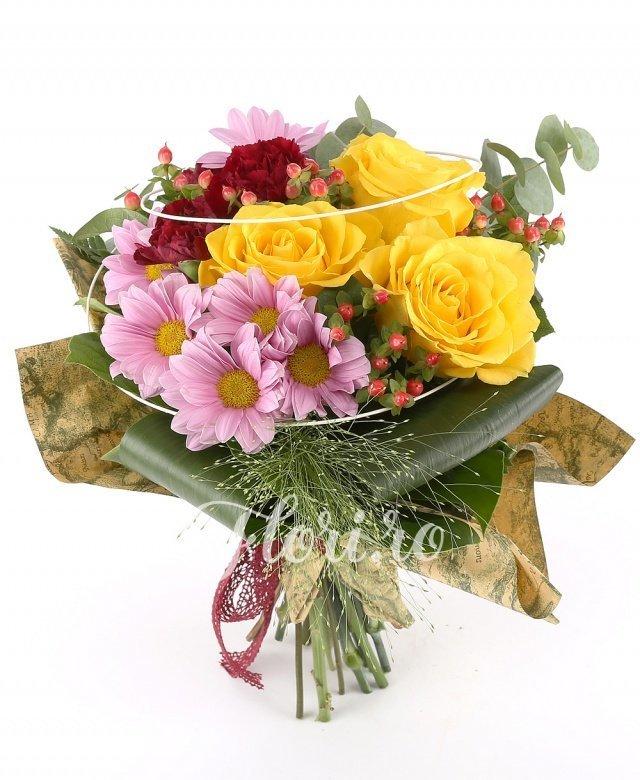 3 trandafiri galbeni, 3 hypericum roșu, 3 garoafe roșii, 2 crizanteme roz, 3 aspidistra, verdeață