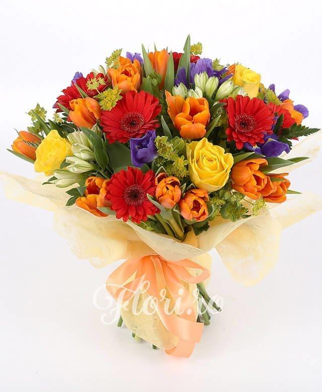 10 lalele portocalii, 7 gerbera roșie, 7 iris mov, 5 trandafiri galbeni, 5 alstroemeria albă, bupleurum