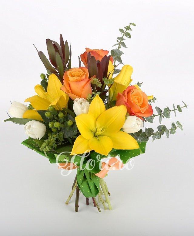 3 trandafiri portocalii, 5 lalele albe, 2 crini galbeni, 2 leucadendron, 2 hypericum verde, verdeață