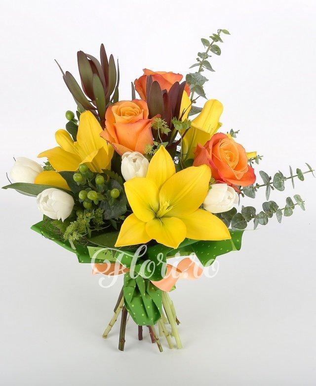 trandafiri portocalii,  lalele albe,  crini galbeni,  leucadendron,  hypericum verde, verdeață