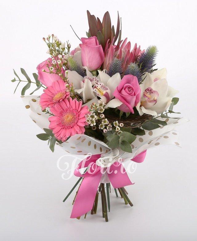trandafiri roz,  eryngium,  cymbidium alb,  proteea,  gerbera roz,  leucadendron, verdeață