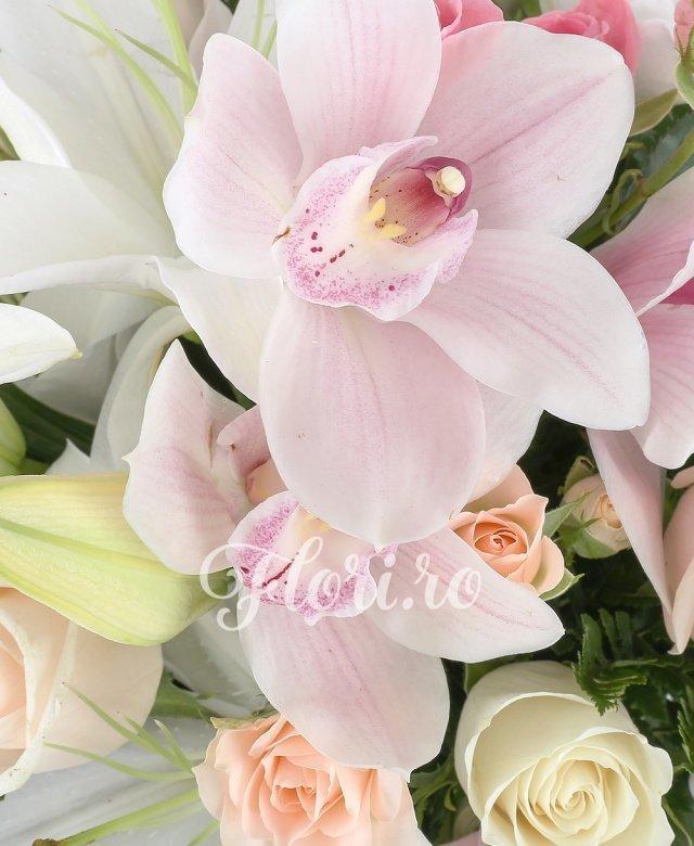 2 crini albi, 3 trandafiri crem, 2 trandafiri albi, 5 miniroze crem, 1 cymbidium roz, verdeață