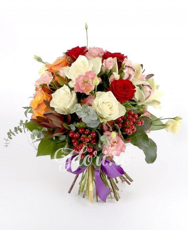 3 trandafiri portocalii, 3 trandafiri roșii, 3 trandafiri albi, 1 cymbidium verde, 2 miniroze roz, 3 lisianthus roz, 3 hypericum roșu, 2 leucadendron, verdeață