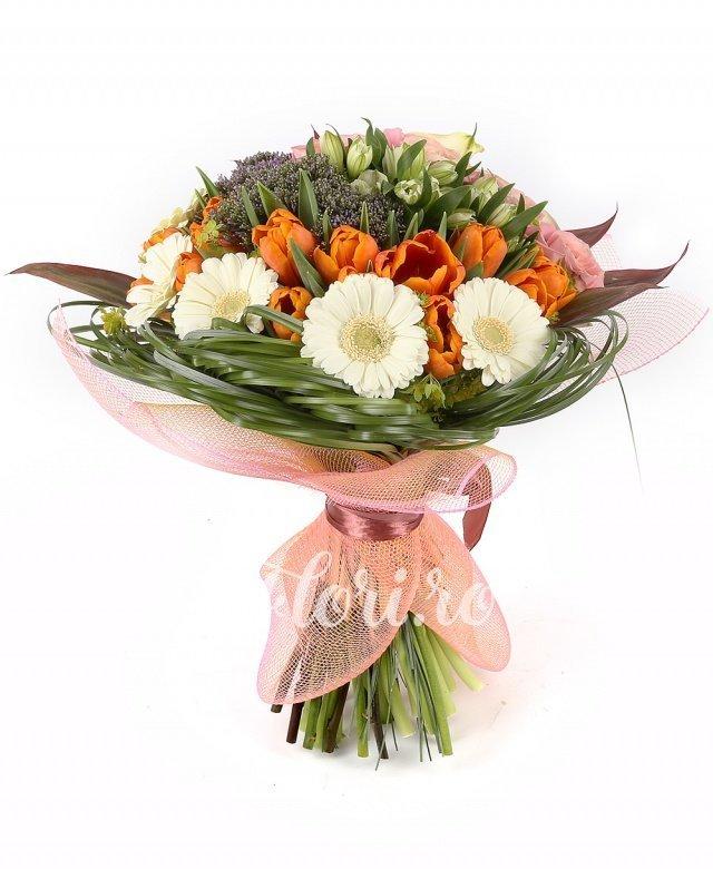 5 cale, 6 trandafiri roz, 5 trachelium mov, 5 alstroemeria albă, 4 gerbera albă, 10 lalele portocalii, verdeață