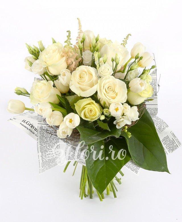 9 trandafiri albi, 7 lisianthus alb, 10 lalele albe, 10 frezii albe, verdeață