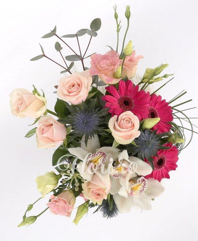 5 trandafiri roz, 2 eryngium, 3 gerbera, 1 cymbidium alb, 2 lisianthus roz, verdeață