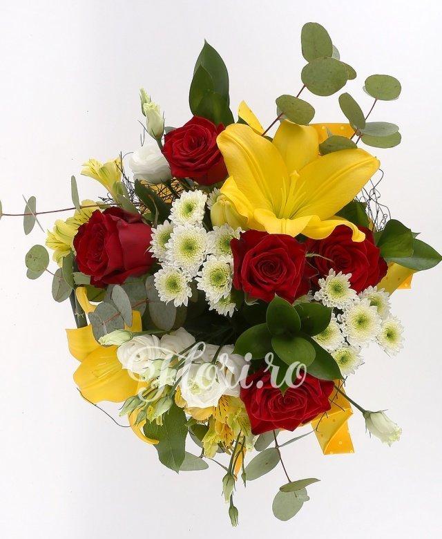 5 trandafiri roșii, 2 crini galbeni, 3 lisianthus alb, 3 alstroemeria galbenă, 3 santini alb, verdeață