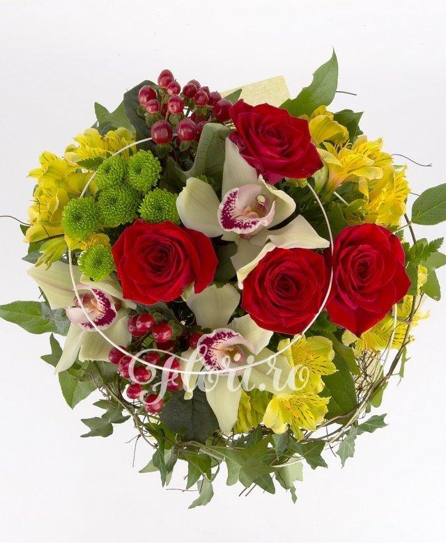 trandafiri roșii,  alstroemeria galbenă,  hypericum roșu,  santini verde,  cymbidium verde, verdeață