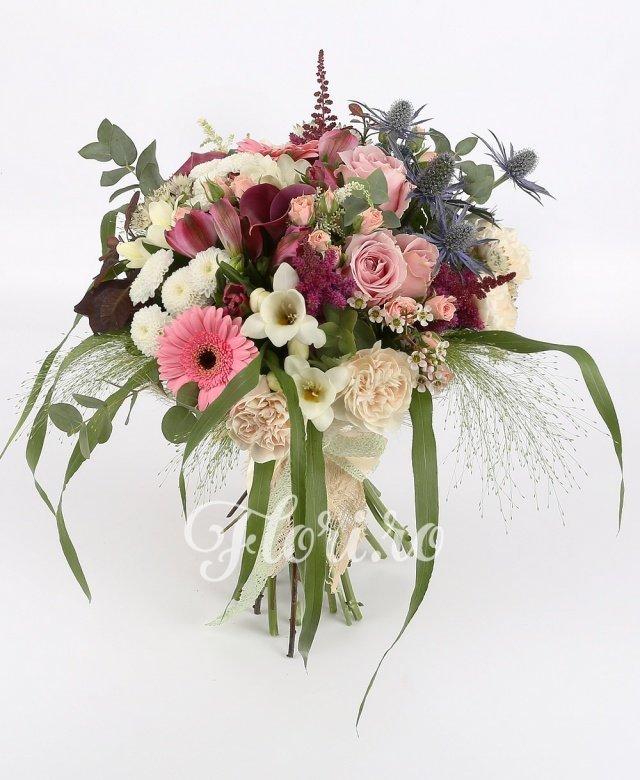 5 garoafe crem, 3 trandafiri roz, 2 cale roșii, 2 santini alb, 2 gerbera roz, 3 miniroze roz, 3 astilbe roșii, 3 astranția albe, 2 eryngium, 5 frezii albe, 3 alstroemeria roz, verdeață