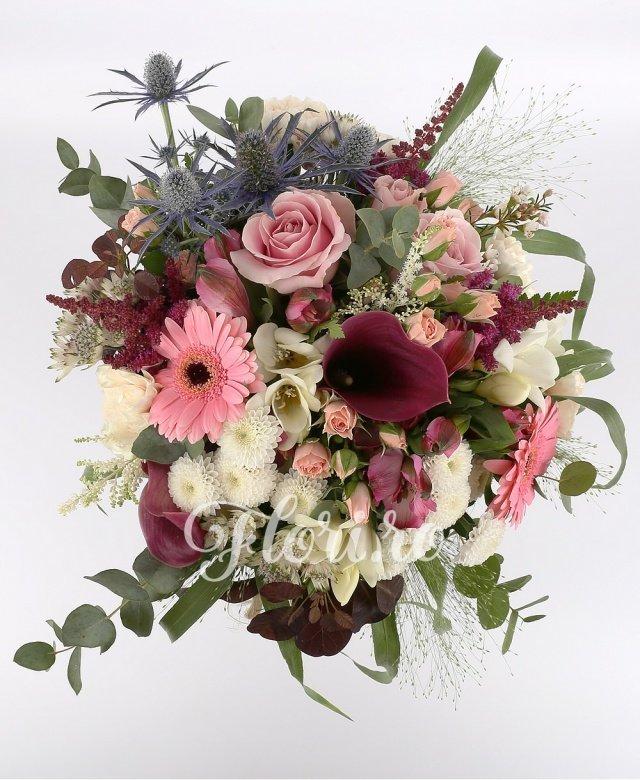 garoafe crem,  trandafiri roz,  cale roșii,  santini alb,  gerbera roz,  miniroze roz,  astilbe roșii,  astranția albe,  eryngium,  frezii albe,  alstroemeria roz, verdeață