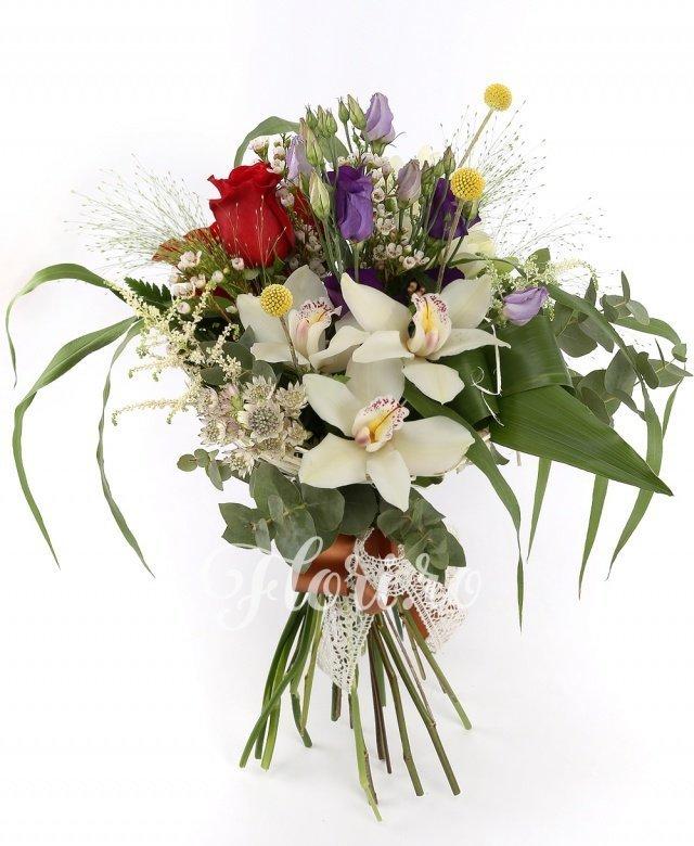 trandafiri roșii,  lisianthus mov,  frezii albe,  astilbe albe,  orhidee albe, verdeață