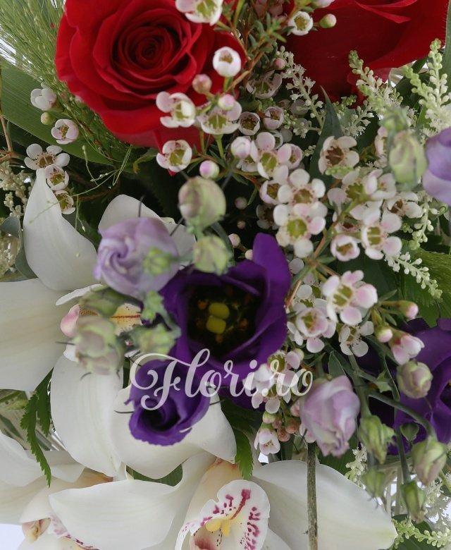 3 trandafiri rosii, 3 lisianthus mov, 5 frezii albe, 2 fire waxflower, 5 fire astilbe albe, 3 cupe orhidee albe, 3 panicum, 2 fire astrantia albe, 3 fire eucalypt, 2 fire aspidistra, 3 fire craspedia, cuib