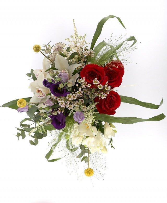 3 trandafiri roșii, 3 lisianthus mov, 5 frezii albe, 5 astilbe albe, 3 orhidee albe, verdeață
