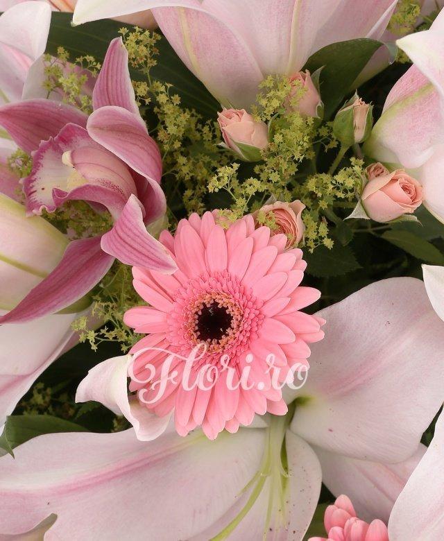 3 crini roz, 5 gerbera roz, 5 trandafiri roz, 5 cupe orhidee grena, 5 fire miniroze roz, 5 lalele albe, 5 frunze blupeurum, 7 frunze alspidistra