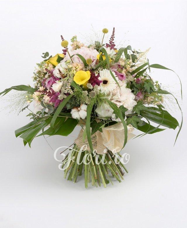 cale galbene,  hortensii,  matthiola,  gerbera albă,  trandafiri roz,  astilbe roșii,  astilbe albe,  santini mov,  astranția