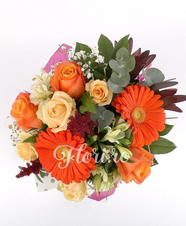 4 trandafiri crem, 3 trandafiri portocalii, 2 gerbera portocalii, 3 alstroemeria albe, 2 leucadendron roșu, 3 astilbe roșii,