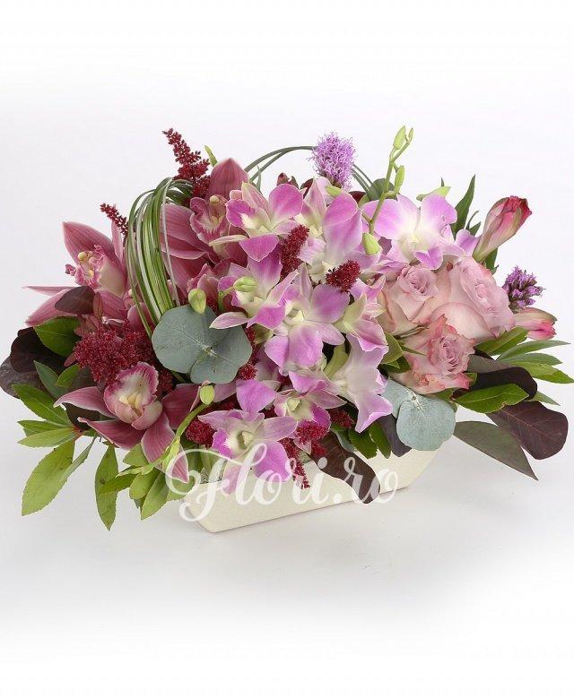 3 trandafiri mov, 4 alstroemeria roz, 3 astilbe roșii, 1 orhidee, 5 orhidee dendrobium mov, verdeață