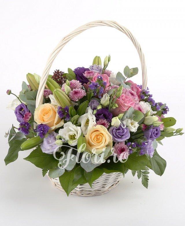 4 trandafiri crem, 3 trandafiri roz, 5 crizanteme santini roz, 3 crin portocalii, 5 lisianthus alb, 5 limonium mov, verdeață