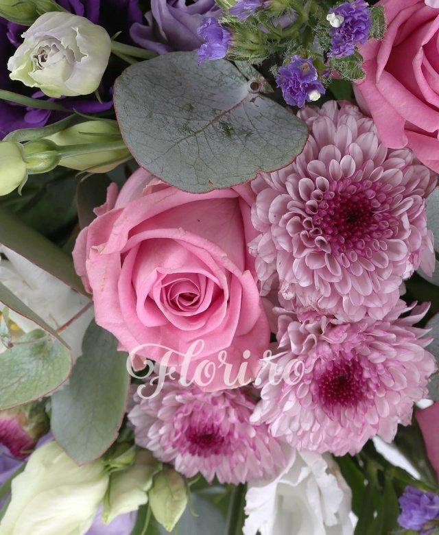 4 trandafiri crem, 3 trandafiri roz, 5 crizanteme santini roz, 3 crin portocalii, 5 lisianthus alb, 5 limonium mov, 3 eucalypt, 5 salal, cos