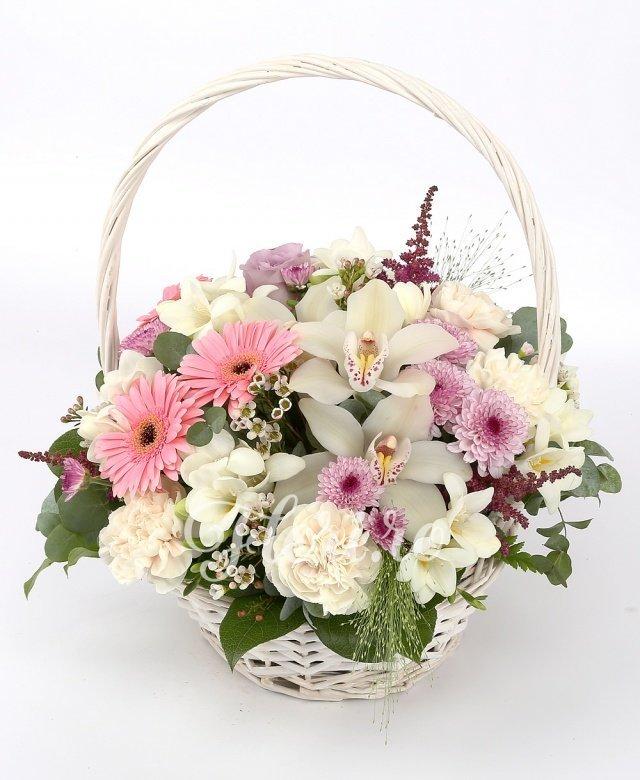 3 trandafiri roz, 3 gerbera roz, 7 garoafe crem, 10 frezii albe, 3 santini roz, 5 orhidee albe, verdeață
