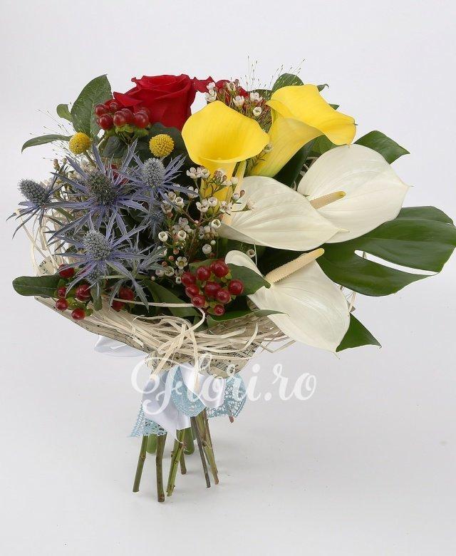 trandafiri roșii,  anthurium alb,  cale galbene,  hypericum roșu,  eryngium,  craspedia, verdeață
