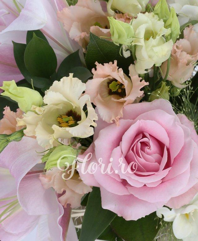 1 crin roz, 3 trandafiri roz, 3 alstroemeria alba, 3 lisianthus roz, 5 frezii albe, 3 panicum, 5 salal